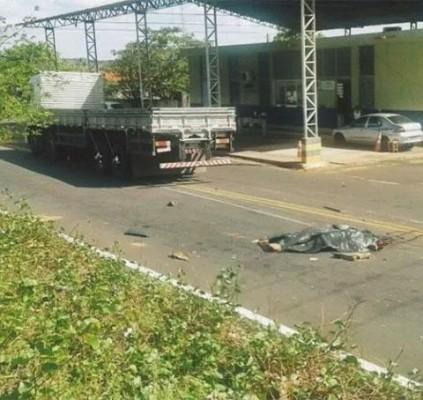 Homem morre após ser atropelado por caminhão...