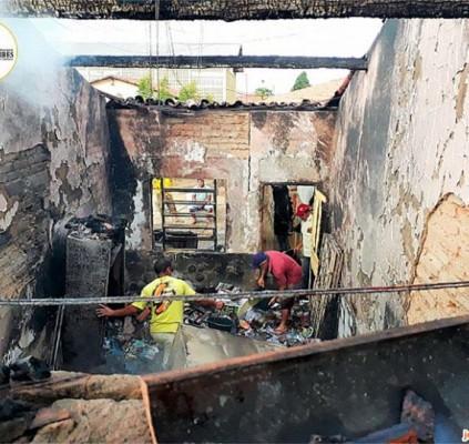Incêndio deixa escola pública completamente destruída em...