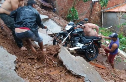 Moradores abandonam casas em área de risco no interior...