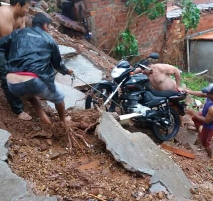 Moradores abandonam casas em área de risco...
