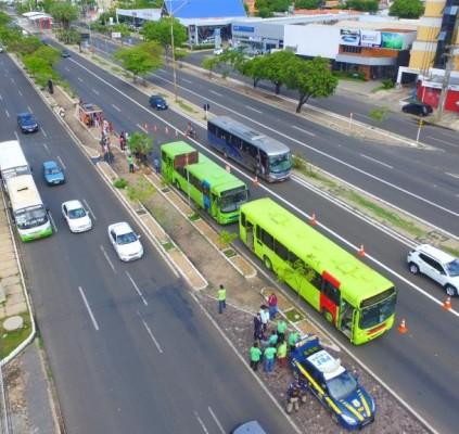 PRF apreende ônibus e vans em blitz...