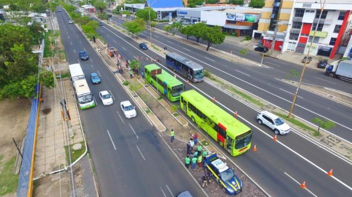PRF apreende ônibus e vans em blitz na zona leste de THE