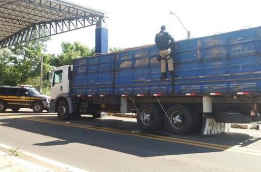 PRF apreende caminhão com madeira ilegal em Floriano