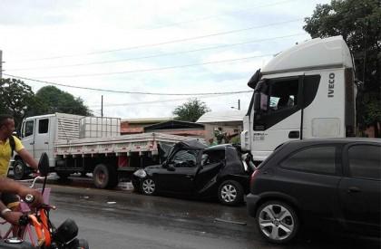 THE: 3 pessoas ficam feridas em acidente envolvendo 5 veículos