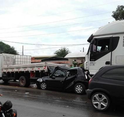 THE: 3 pessoas ficam feridas em acidente...