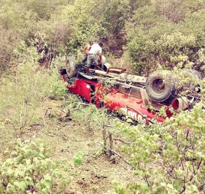 Caminhão pipa apresenta problemas mecânicos e tomba...