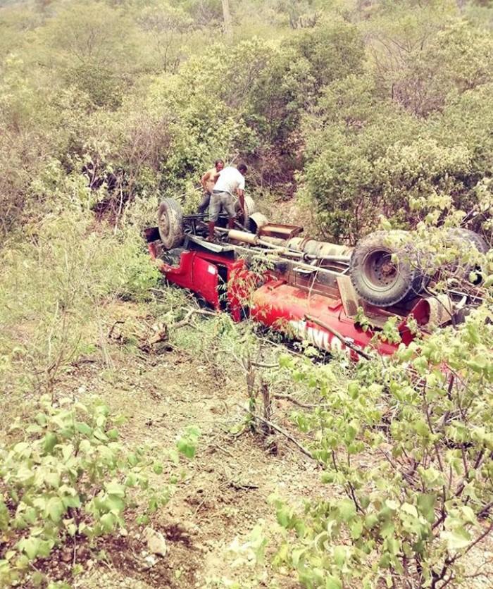 Caminhão pipa apresenta problemas mecânicos e tomba em Jaicós