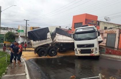 Carreta derrapa em pista molhada e interrompe trânsito em Jaicós