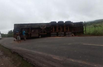 Carreta tomba na BR-135 e rodovia fica parcialmente interditada