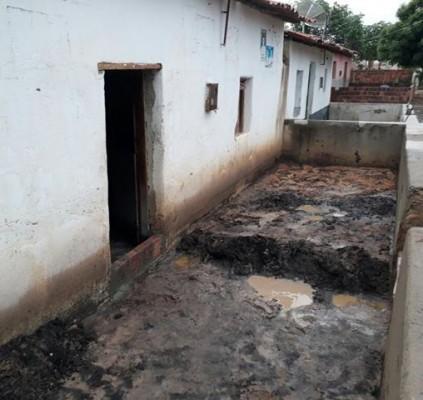 Chuva causa destruição e invade casas em...