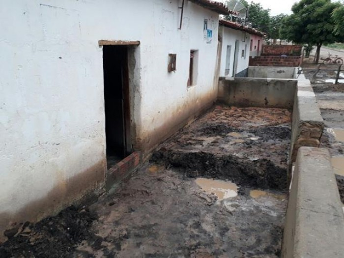 Chuva causa destruição e invade casas em Pimenteiras