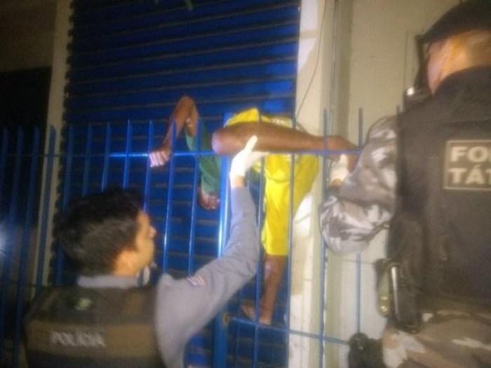 Homem tenta roubar Correios de Timon e fica preso em grade