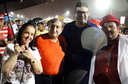 Luciano Nunes participa de bloco com Mão Santa debaixo...