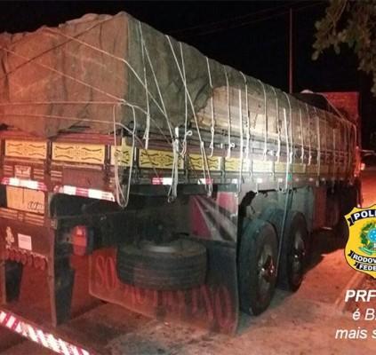 PRF apreende 15 toneladas de madeira sendo...