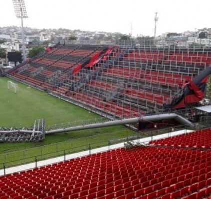 Temporal derruba postes no estádio do Flamengo...