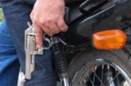 Bandidos armados fazem mais de 20 pessoas reféns em...