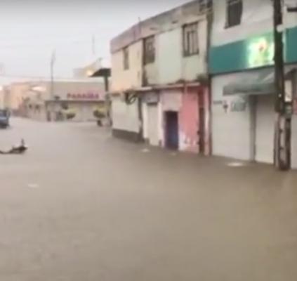 Chuva alaga ruas e deixa comerciantes 'ilhados'...