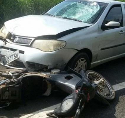Colisão entre carro e motocicleta deixa idoso...