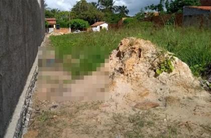 Corpo de homem é encontrado em terreno baldio