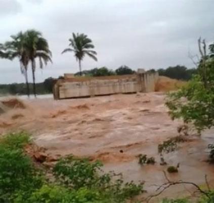 Fortes chuvas causam desabamento de ponte no...