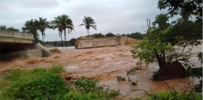 Fortes chuvas causam desabamento de ponte no Piauí