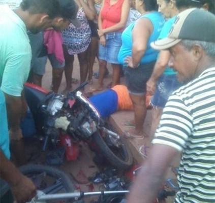 Colisão entre  motocicletas deixa uma pessoa...