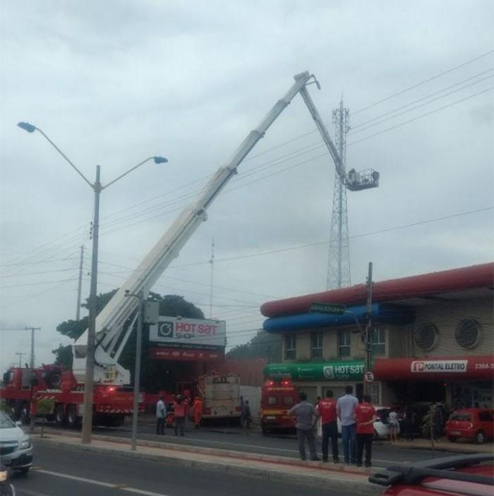 Incêndio atinge depósito da empresa Hot Sat em Teresina