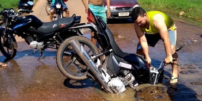 Moto quase é 'engolida' por bueiro na zona urbana de Picos