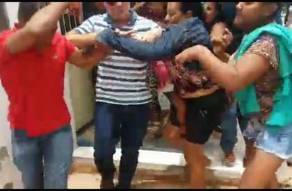 Mulheres tentam linchar acusado de estupro em José de...