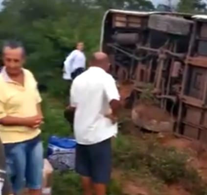 Ônibus desvia de carreta e tomba na...