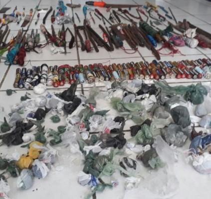 Operação em presídios recolhe 13 celulares, armas...