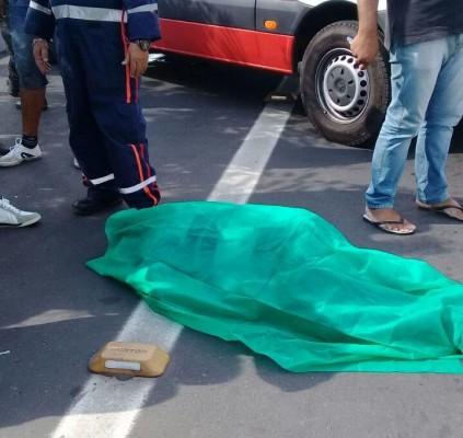 Pedestre morre após ser atropelado por ônibus...