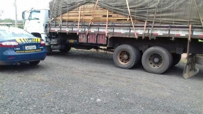 Polícia apreende caminhão transportando madeira irregular em Picos