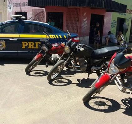 PRF apreende motos roubadas e prende homem...