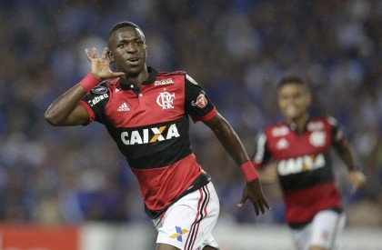 Vinícius Jr decide e Flamengo vence Emelec no Equador