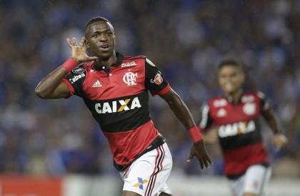 Vinícius Jr decide e Flamengo vence Emelec no Equador