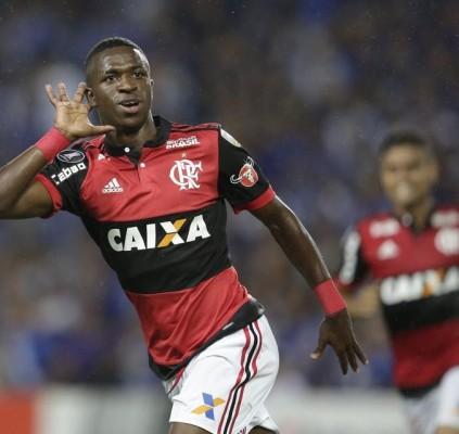 Vinícius Jr decide e Flamengo vence Emelec...
