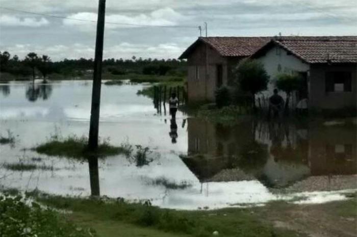 Açudes transbordam, cortam estrada e alagam bairro em Campo Maior