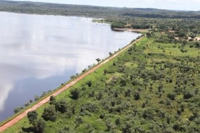 Após intervenção, nível de água da Barragem do Bezerro baixa 8 cm