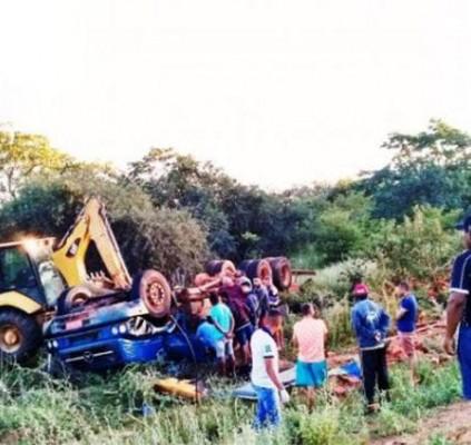 Caminhão tomba e deixa dois homens mortos...