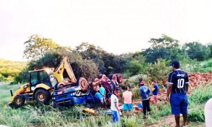 Caminhão tomba e deixa dois homens mortos no Piauí