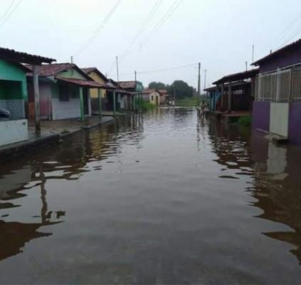 Residência desaba após forte chuva e alagamentos...