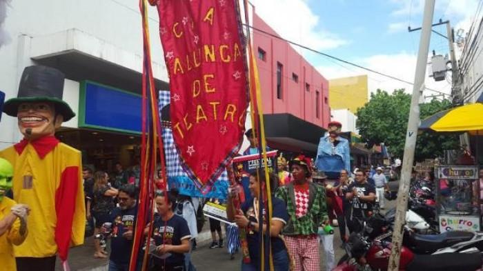 Desfile pelas ruas do centro marca abertura do Festival de Bonecos