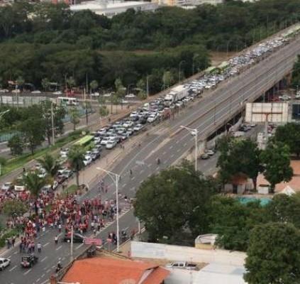 Manifestantes interditam ponte e avenidas de Teresina