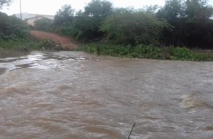 Nível do Rio Guaribas sobe e arrasta passagem molhada...