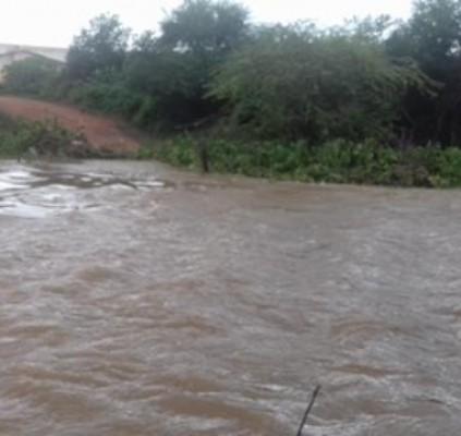Nível do Rio Guaribas sobe e arrasta...