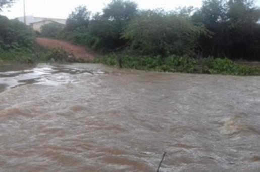 Nível do Rio Guaribas sobe e arrasta passagem molhada em Picos