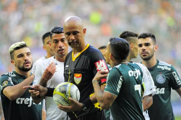 Palmeiras x Corinthians: árbitro nega interferência externa ao cancelar pênalti