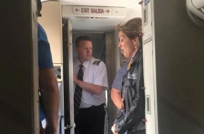 Piloto faz pouso de avião após explosão de motor...