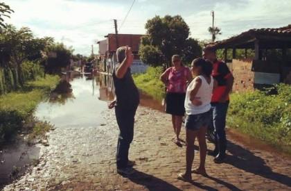 Prefeito Carlos Monte visita pontos de alagamento em Barras